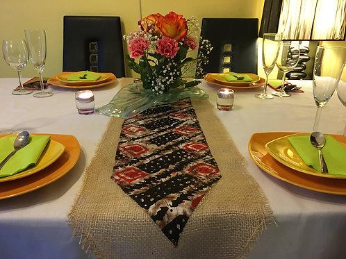 Chemin de table combiné toile de jute/wax imprimé geométrie noir/rouge