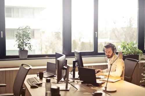 Le psychologue du travail peut soigner soit les individus, soit le travail, soit l'organisation. Son rôle peut être curatif ou préventif.