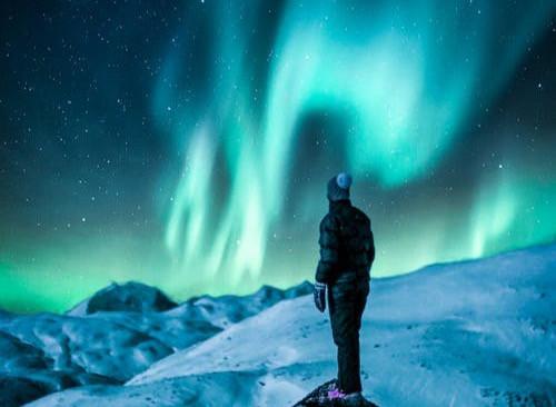© Pexels.com - Un Homme au pôle Nord admirant une Aurore Boréale.