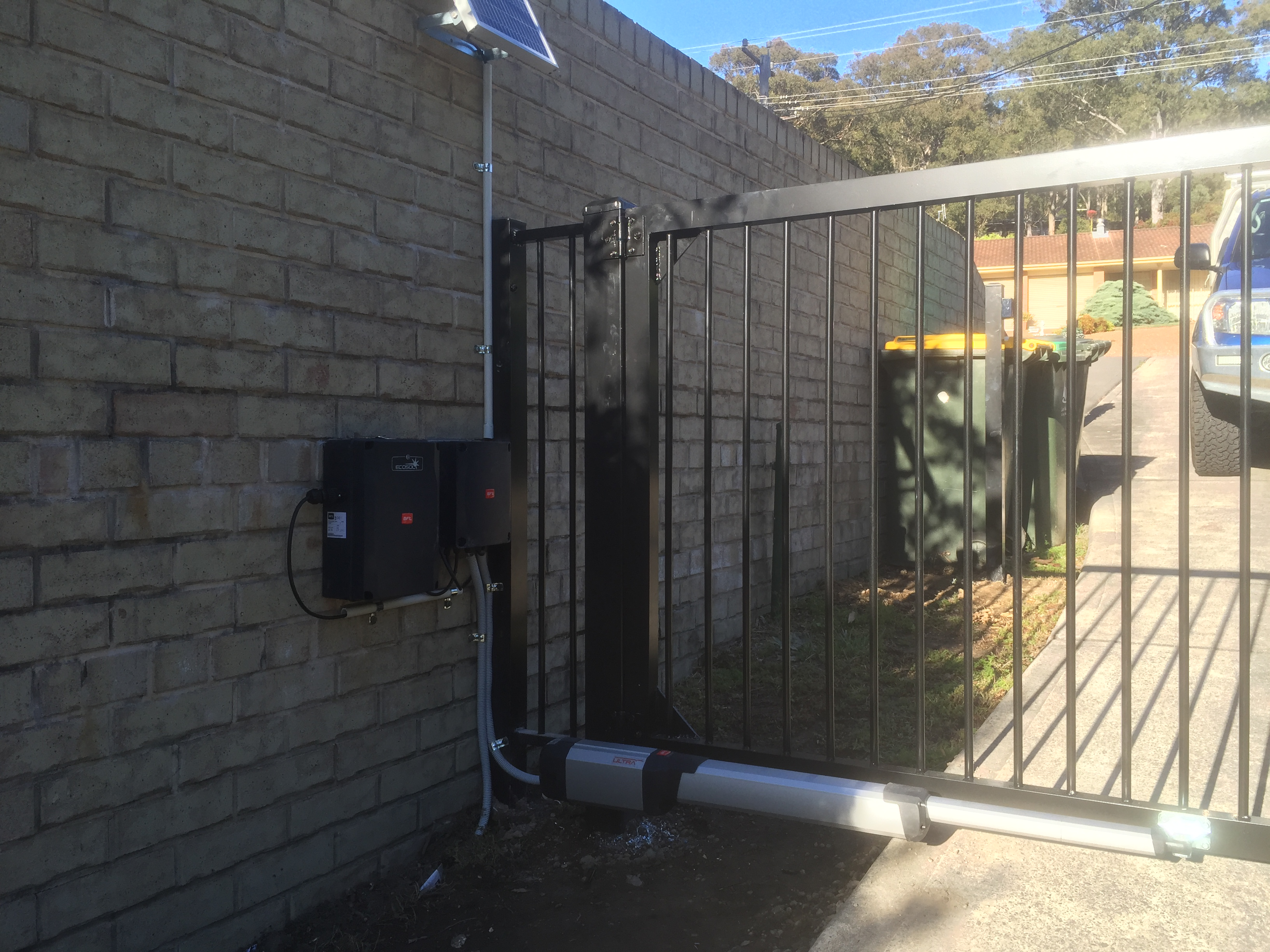Flat top gate solar powered
