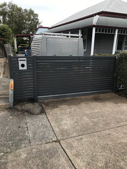 Slat sliding gate