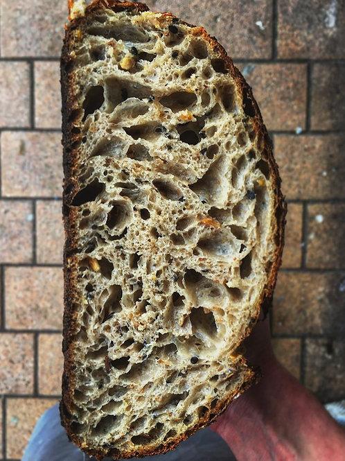 Gesneden zuurdesem zadenbrood