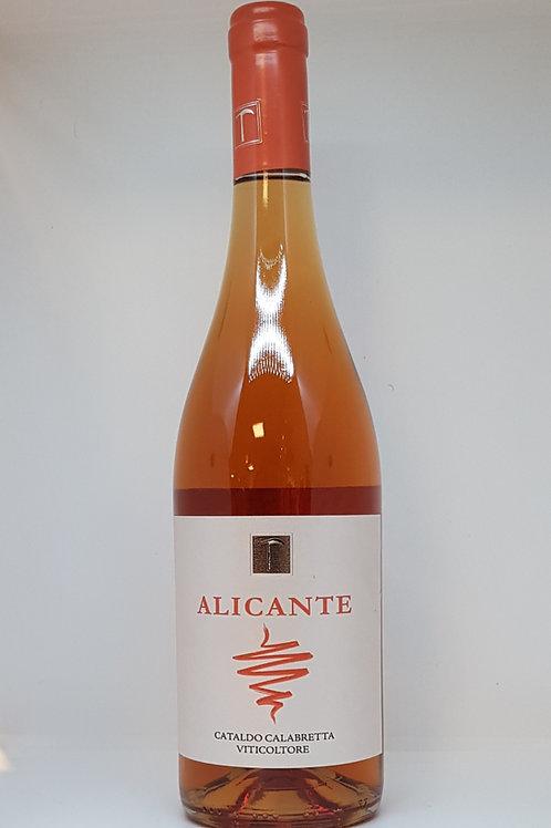 Een fles rose met het merk Alicante erop