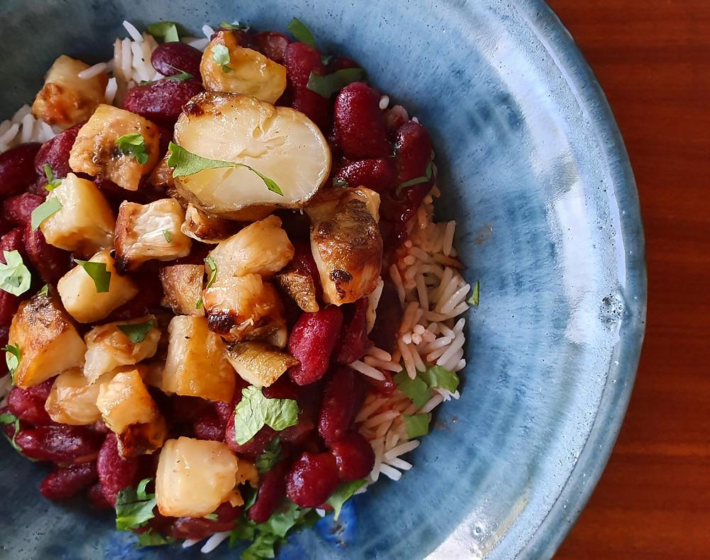 Bord met Colombiaans eten rijst en groente