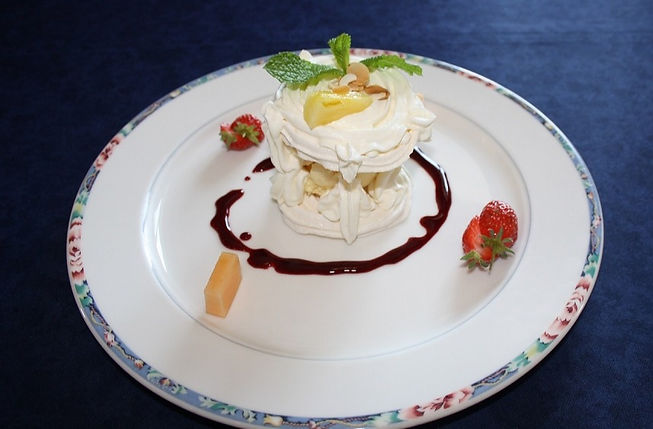 Vacherin_glac%C3%83%C2%A9_au_coulis_de_fruits_rouges_%C3%83%C2%A9t%C3%83%C2%A9_2018_edited.jpg