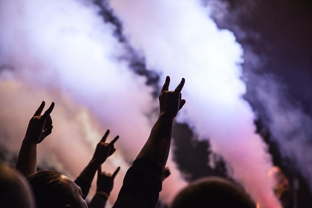 Sons do rock podem parecer distorcidos com a idade e incomodar — Foto: Luuk Wouters/ Unsplash