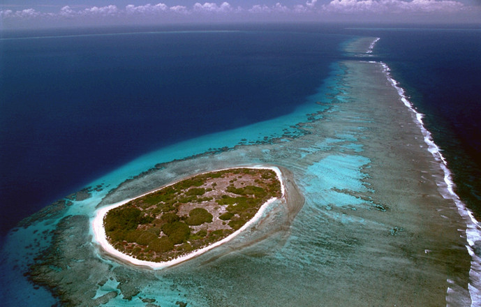 Vue aérienne de l'île Surprise (récif d'Entrescasteaux), obtenue avec l'aide de l'armée de l'air de Nouvelle Calédonie.