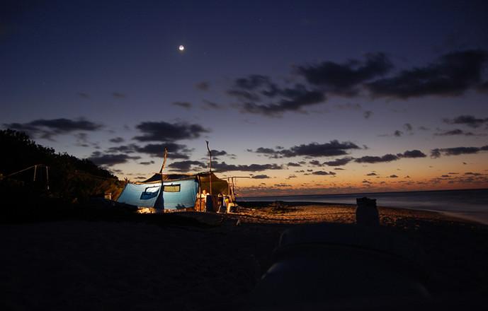 Ambiance féerique du camp le soir. Un point de vie au cœur du pacifique...