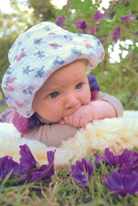 Baby mit Blumen_Naturheilkunde.tif