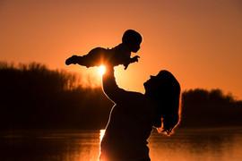 Baby mit Mama bei Sonnenuntergang.jpg