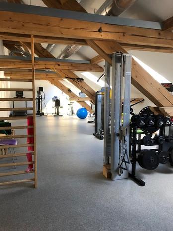 Fitnessraum mit Sprossenwand.jpg