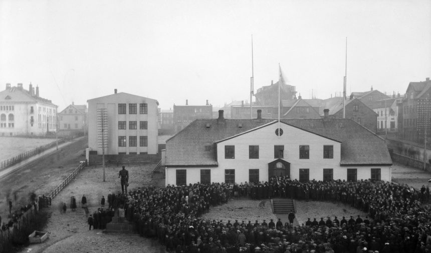 Small crowd gathered outside of Anarhóll on December 1, 1918 in Reykjavík, Iceland. This marked Iceland's sovereignty from Denmark. #icelandhistory #anarholl #spanishflu #influenza #iceland1918 #icelandsovereignty #reykjavikhistory