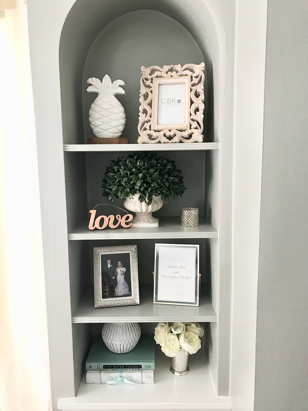 Built Ins shelf styling home decor simple tips framed photos plants books vases