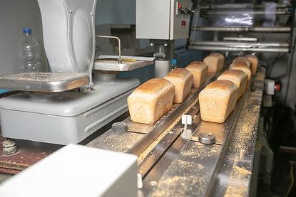 AdobeStock_258990570-bread-cutting-slici