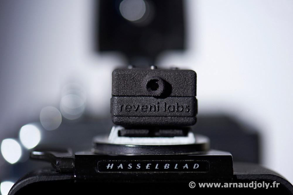 Cellule posemètre Revenilabs sur le pare-soleil de l'Hasselblad SWC