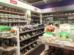 Ladeneinrichtung mit Universal-Regalsystem