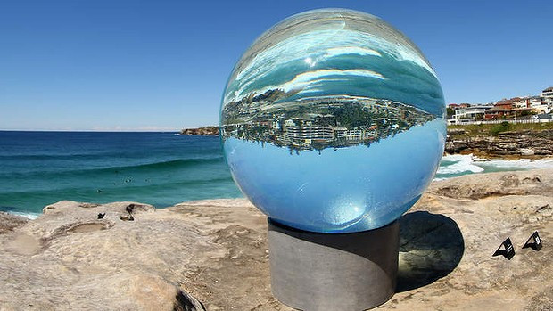Lucy Humphrey, Horizon, Sculptures by the Sea 2013, Bondi Photo retrieved from The Sydney Morning Herald website on 27.06.16 http://www.smh.com.au/entertainment/art-and-design/lucy-humphreys-twotonne-waterfilled-sculpture-turns-horizon-on-its-head-20131106-2x0br.html