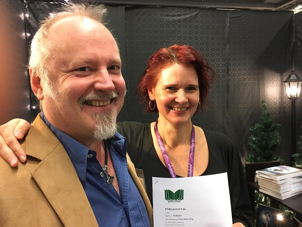 Peter Erik Du Rietz och Ewa Broberg skriver under ett förläggaravtal.
