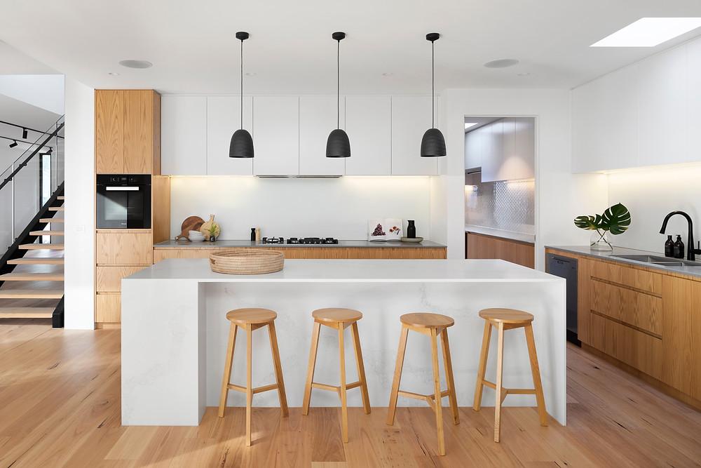 Decoração de cozinhas - Cozinha com ilha e pendentes e utilizando tons neutros