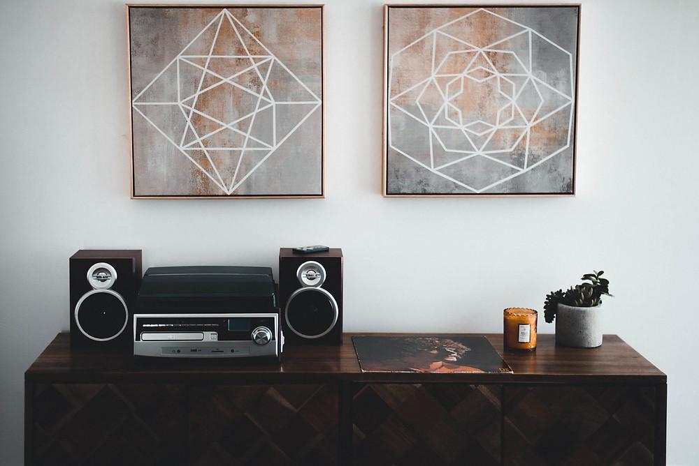 Imovel alugado - Dois quadros na parede e um armario pequeno