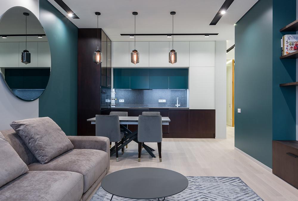 Ambiente integrado - Integração da sala de estar, de jantar e da cozinha, móveis em tons de azul e cinza