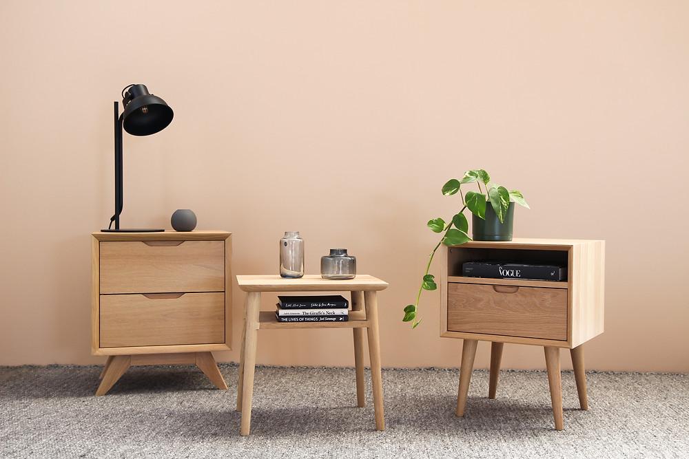 Imovel alugado - Tres mesas de cabeceira de madeira