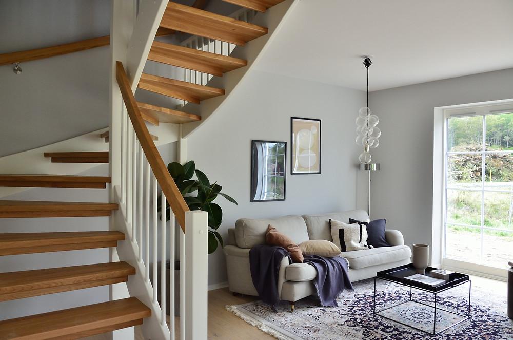 Escadas - Escada circular no lado esquerdo, com uma sala de estar no fundo da imagem