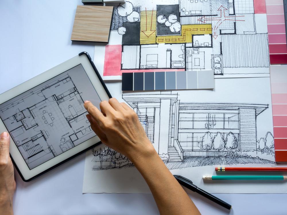 Design de interiores - Pessoa com tablet fazendo projeto, modelo 3d na mesa com escala de cores
