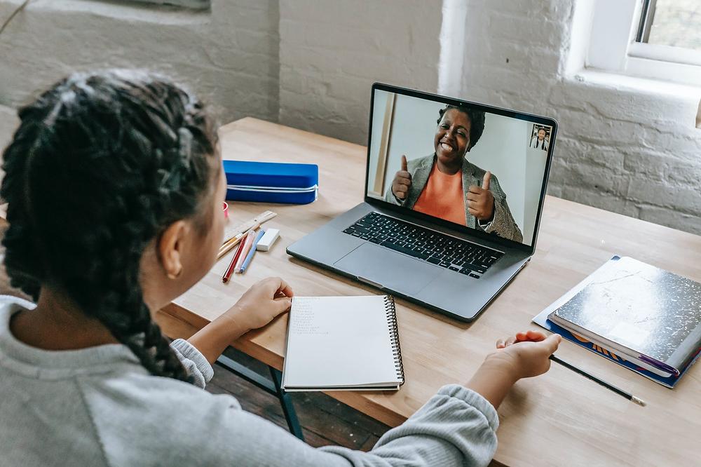 Mulher em reunião virtual