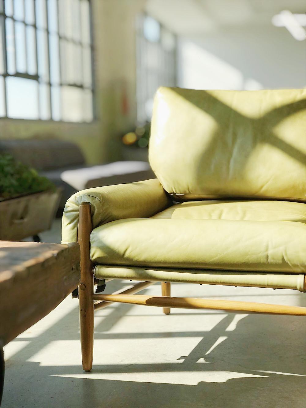 Orientação solar - Raios solares em uma sala de estar destacando o sofá amarelo