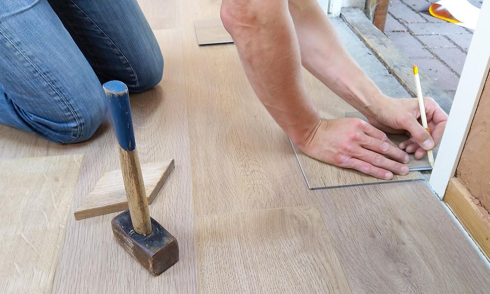 Imovel alugado - Uma pessoa medindo o a soleira da porta para adicionar o piso