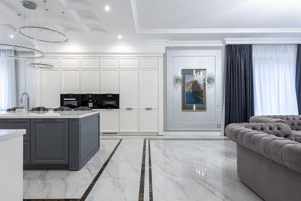 Ambiente integrado - Sala de estar junto com a cozinha, utilizando tons claros e decoração clássica