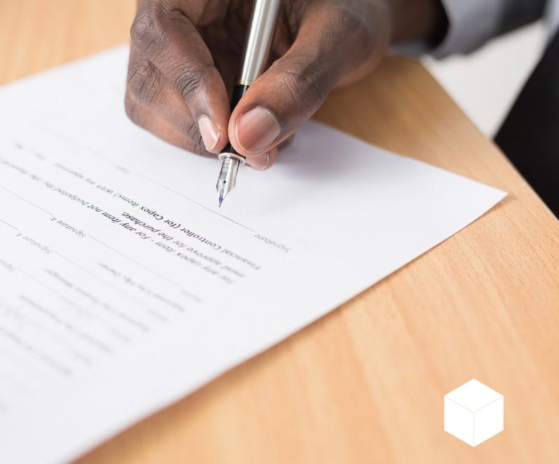 Regularização de imóvel - Pessoa assinando um contrato