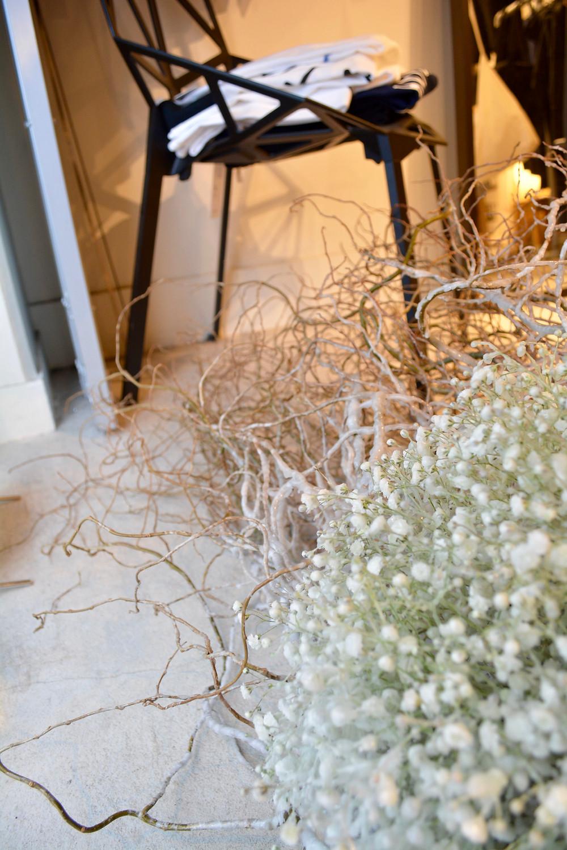 capriceさんのウィンドウディスプレイ。雲竜柳とかすみ草の蝋花オブジェ。