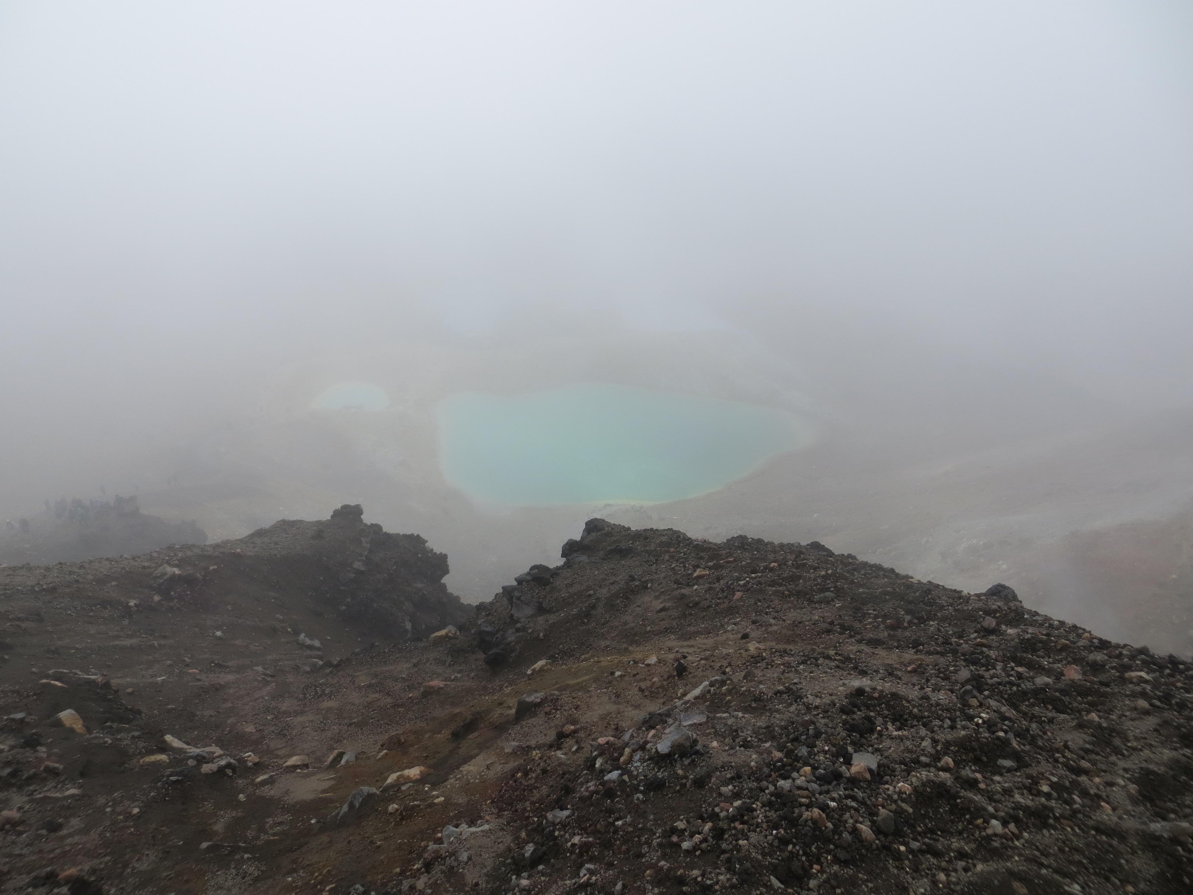 Tongariro hike best first glimpse of Emerald lake 2017-01-07 062