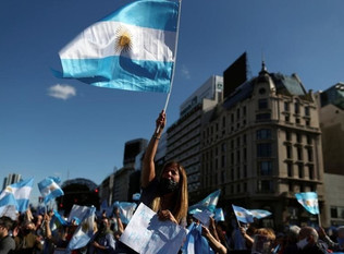 Argentina: massive protests with display of national flags against government policies