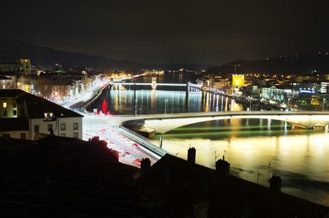 Le rhône et la ville la nuit.