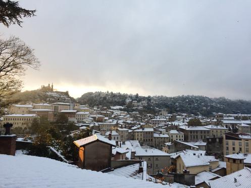 Vue sur la ville enneigée.