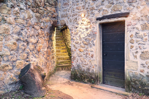 L'entrée de la chambre et un mystérieux escalier...