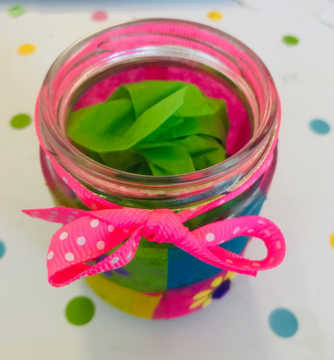 5. Fais une boule de la taille de ton pot avec le papier de soie vert et mets-la à l'intérieur.   Ajoute le ruban.