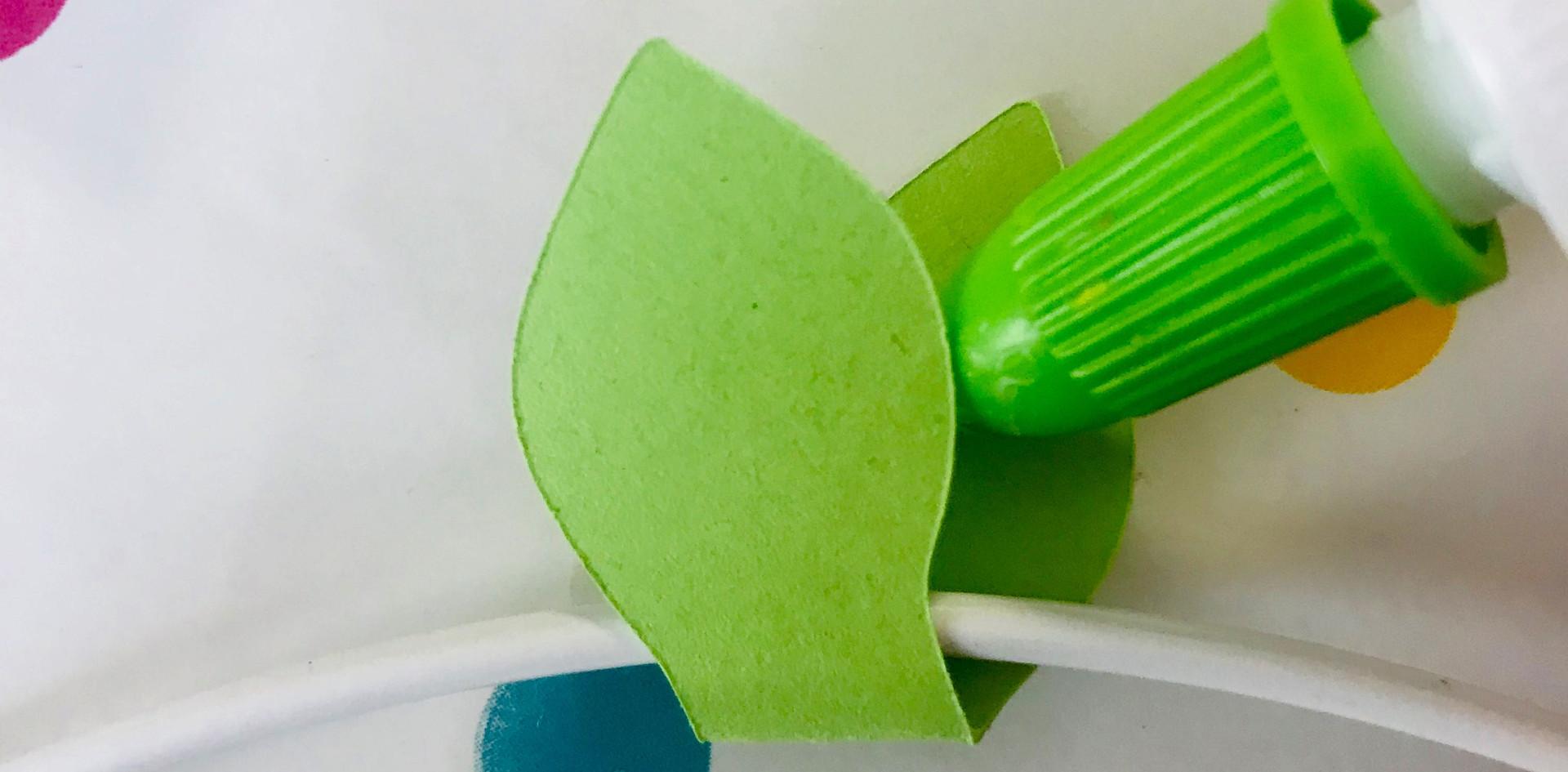 5. Colle tes feuilles ensemble en faisant passer l'anneau à l'intérieur.