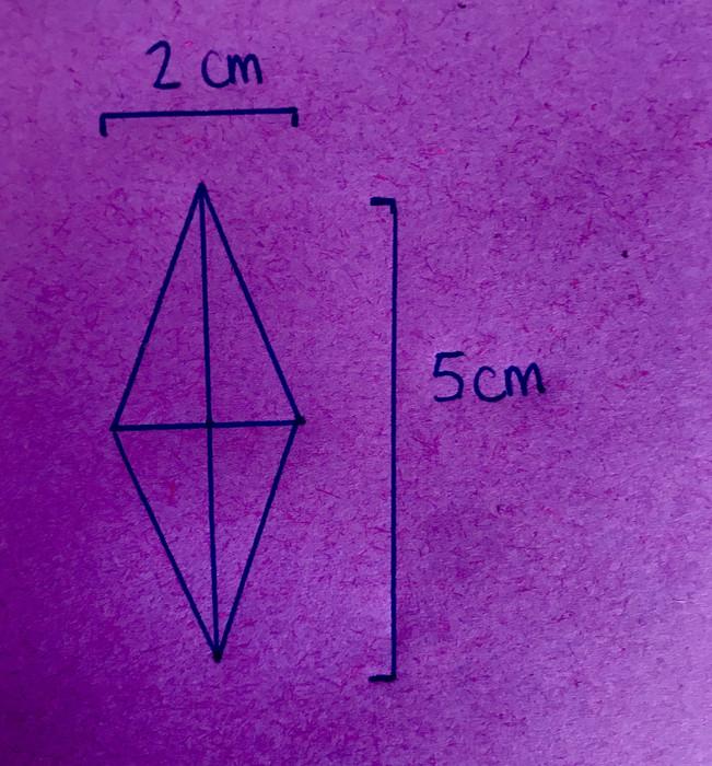 7. Dessine 5-6 losanges sur le verso des papiers de ton kit.  Pour dessiner un joli losage, c'est simple ! Il suffit de faire une croix de 5cm sur 2cm puis de relier les extrémités afin de former ton losange. Découpe-les.