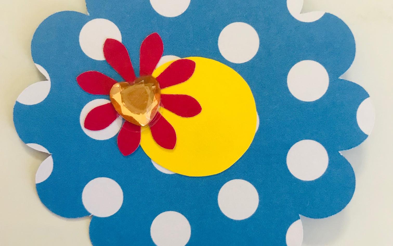 8. Décore la fleur restante.