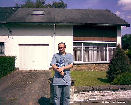 25-Alain Gossens pose devant la maison d