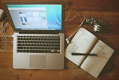 SEO Freelancer am Laptop