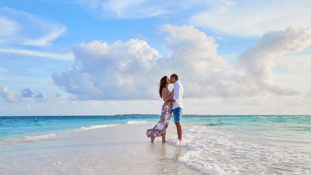 Hurawalhi_Pix_Maldives_Romance_1600x900-1030x579
