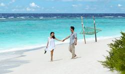 wedding-couple-on-the-beach-1088x648