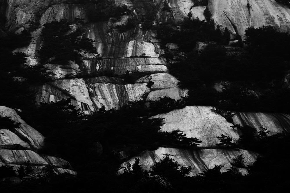 Inwang 1602, 107x160cm, Archival pigment print on Hanji, 2016
