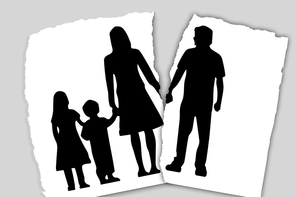Fotografia de uma família rasgada entre o pai e mãe, simulando o divórcio entre os dois