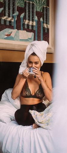 Natalia Kusiak w bieliźnie Charlotte Rouge poranna kawa w łóżku leniwy poranek fotografia Kontraktew